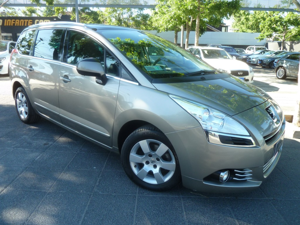PEUGEOT 5008  Family E HDI 1.6 TURBO DIESEL 2015 7 asientos. 3 corridas, sunroof panorámico - FULL MOTOR