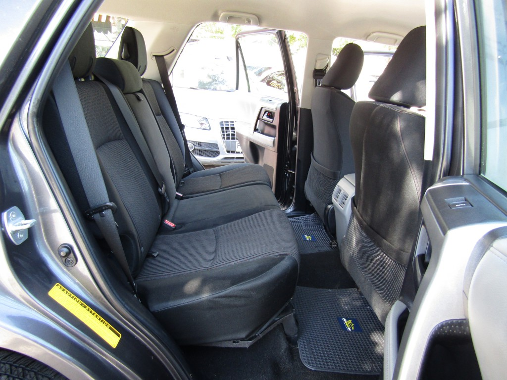 TOYOTA 4 RUNNER  SR5 4.0 4x2 AUT 2012 Aire, 8 airbags, abs, crucero, isofix.  - JULIO INFANTE